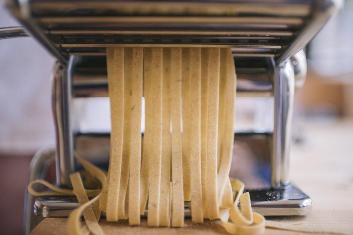 Illustration d'une machine à pâte à l'oeuvre